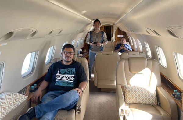Bertiga naik Jet Embraer Legacy 600